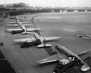 1127px-C-47s_at_Tempelhof_Airport_Berlin_1948